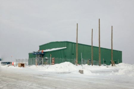 Vue d'un bâtiment d'une usine oeuvrant dans le secteur des mines et métaux, en hiver