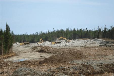 Vue des travaux de défrichement pour la construction de l'usine d'ArcelorMittal Canada, Port-Cartier, Québec