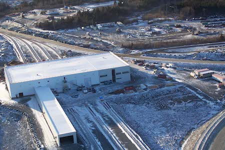 Vue de travaux de construction à l'usine d'ArcelorMittal Canada, Port-Cartier, Québec