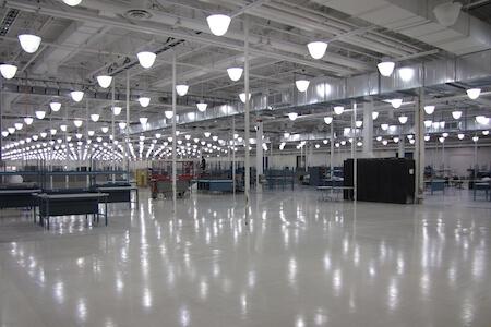 Vue intérieure d'un atelier de réparation et d'entretien pour avions commerciaux