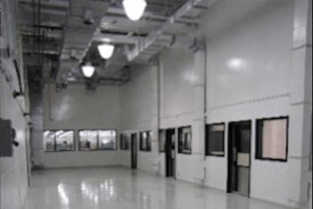 Vue d'un corridor dans un atelier de réparation et d'entretien pour avions commerciaux