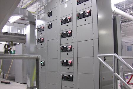 Vue des installations électriques dans un atelier de réparation et d'entretien pour avions commerciaux