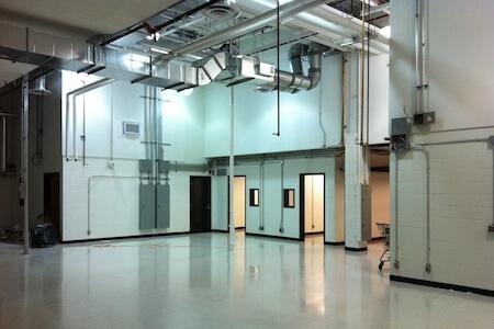 Vue des équipements de ventilation dans un atelier de réparation et d'entretien pour avions commerciaux