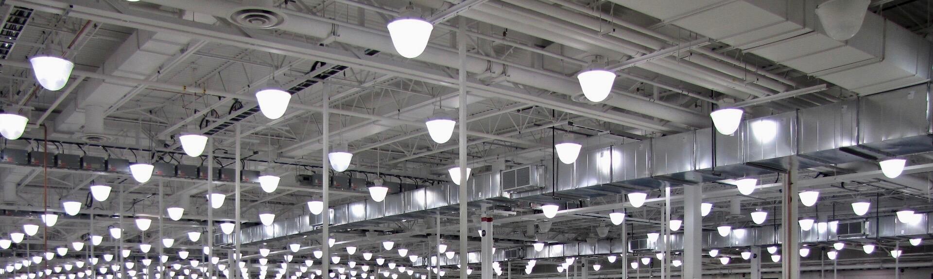 Vue du système de ventilation et de l'éclairage d'un atelier de réparation et d'entretien pour avions commerciaux