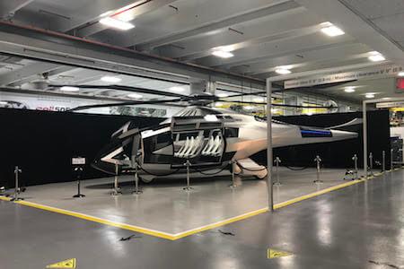Vue d'un hélicoptère à l'usine de production de Bell Helicopter Textron Canada, Mirabel, Québec
