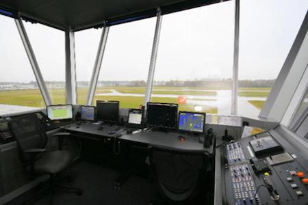 Vue de la tour de contrôle à l'usine de Bell Helicopter Textron Canada, Mirabel, Québec