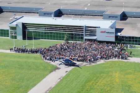 Vue des employés de Bell Helicoper Textron Canada devant l'usine de production d'hélicoptères, Mirabel, Québec