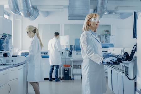 Personnel oeuvrant dans un laboratoire de recherche et développement