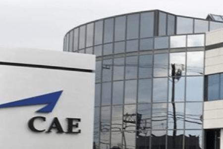Vue de la façade de l'édifice de la firme CAE oeuvrant dans le secteur aéronautique, Saint-Laurent, Québec