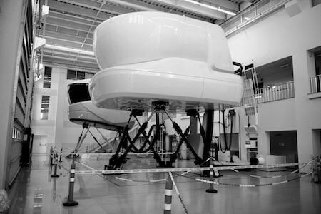 Vue de simulateurs de vol pour la formation de pilotes d'avions