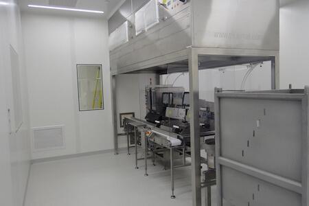 Vue d'équipements spécialisés pour la production pharmaceutique