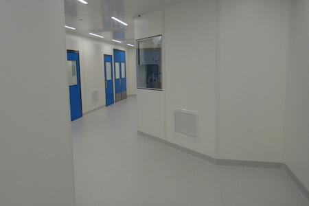 Vue d'un corridor dans une usine de production pharmaceutique