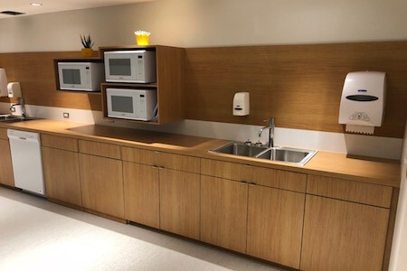 Aménagement d'un comptoir dans une cuisine d'un espace à bureaux