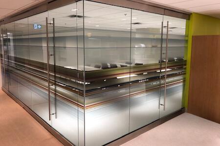 Aménagement de cloisons et portes vitrées pour salle de conférence