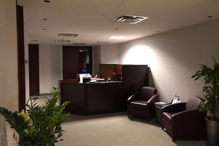 Aménagement intérieur de la réception dans une tour à bureaux