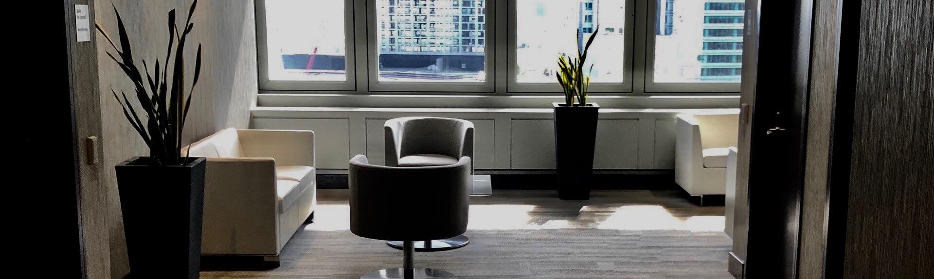 Aménagement intérieur d'une salle d'attente dans une tour à bureaux
