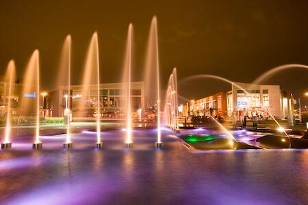 Vue de nuit de la magnifique fontaine au complexe Centropolis, Laval, Québec