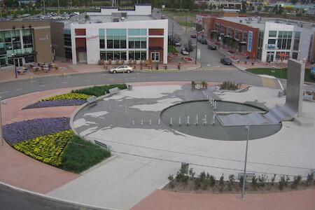 Vue de la place publique au complexe Centropolis, Laval, Québec