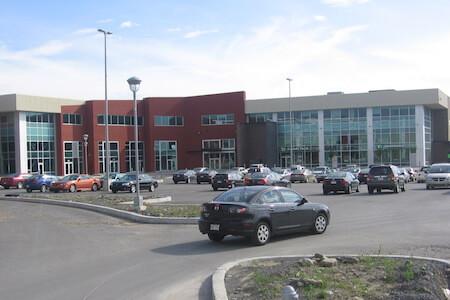 Vue de la façade du bâtiment D au complexe Centropolis, Laval, Québec