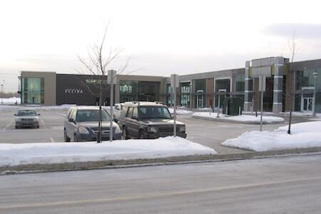 Vue extérieure de la façade du bâtiment P au complexe Centropolis, Laval, Québec