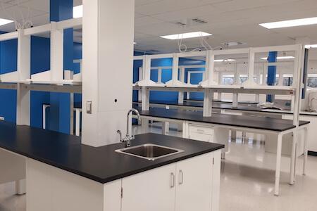 Aménagement de mobilier dans un nouveau laboratoire de recherche