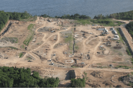 Début des travaux de construction de l'usine de Ciment McInnis, Port-Daniel-Gascon, Québec