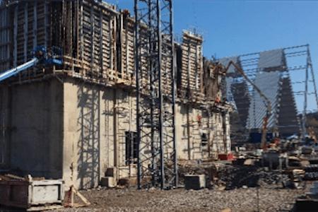 Vue d'un bâtiment en construction pour une usine de production de ciment