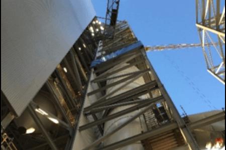 Vue d'un silo d'une usine de production de ciment