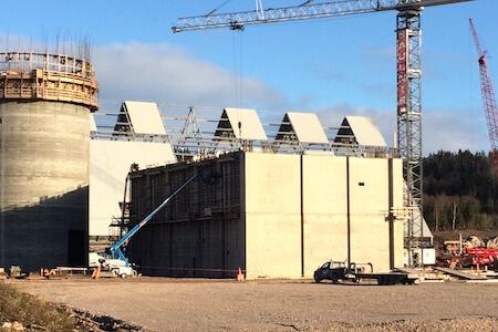 Vue d'une grue et d'un bâtiment d'une usine de production de ciment