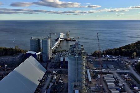 Vue du site de Ciment McInnis, Port-Daniel-Gascon, Québec