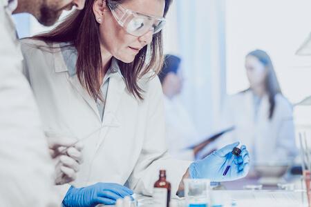 Biologistes effectuant des recherches en laboratoire