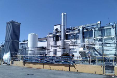 Vue d'un silo de type Clinker et d'un bâtiment dans une usine de produits chimiques