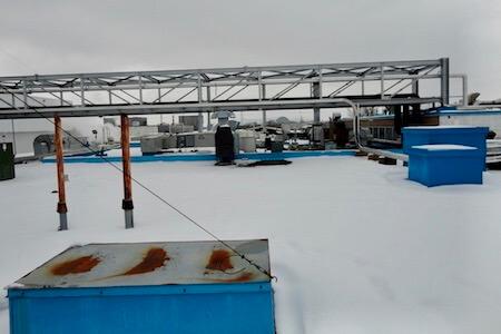 Vue sur le toit d'une usine de produts chimiques