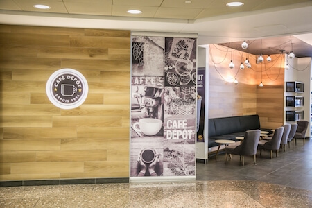 Vue intérieure d'un café Dépôt dans un complexe commercial, une réalisation de BTL Construction