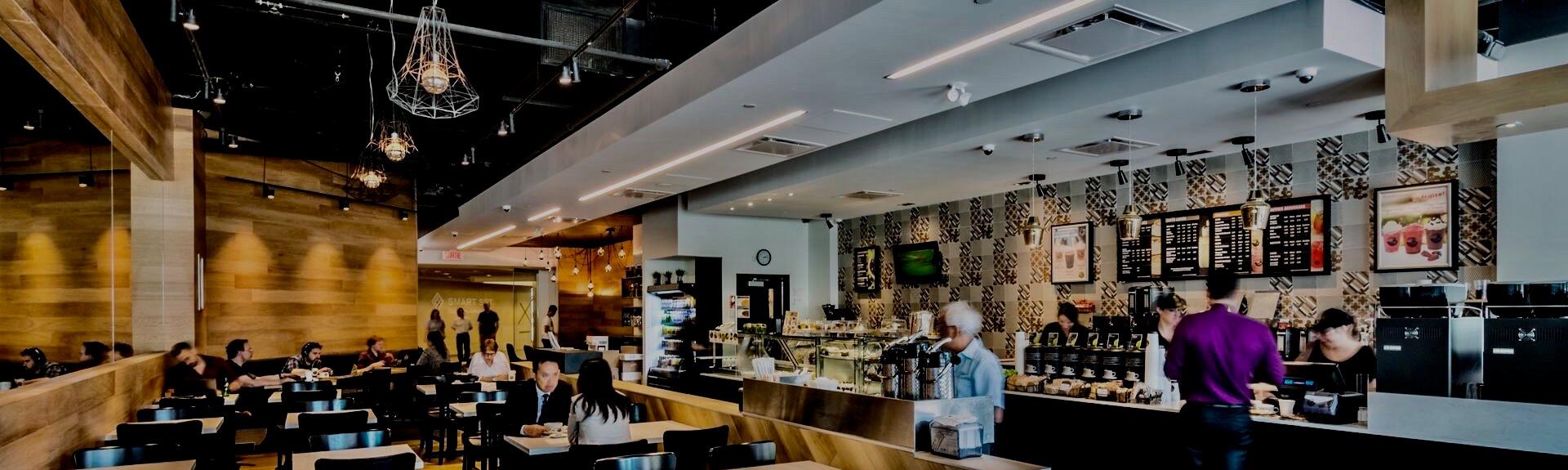 Vue intérieure d'un restaurant style comptoir alimentaire dans un complexe commercial, une réalisation de BTL Construction