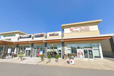 Vue de la façade de plusieurs commerces dans un centre commercial