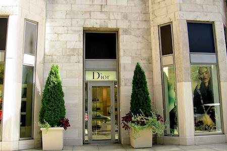 Vue de la façade d'une boutique Dior, une réalisation de BTL Construction