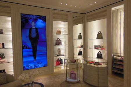 Vue intérieure d'une boutique Dior