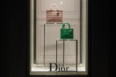 Vue extérieure d'une vitrine de la façade d'une boutique Dior