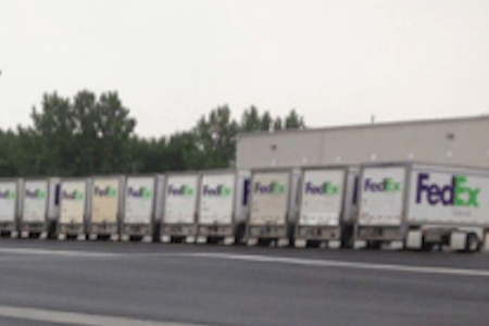 Camions FedEx Ground garés au centre de distribution