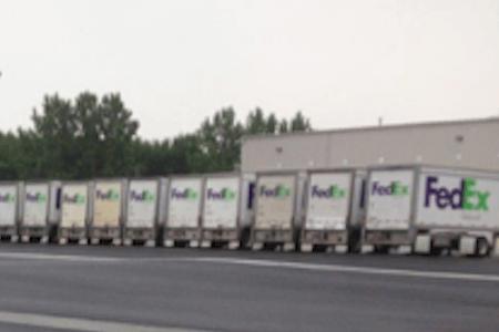 Camions FedEx Ground garés au centre de distribution