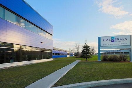 Vue de la façade de l'usine de production phamaceutique de Galderma, Baie-D'Urfé, Québec