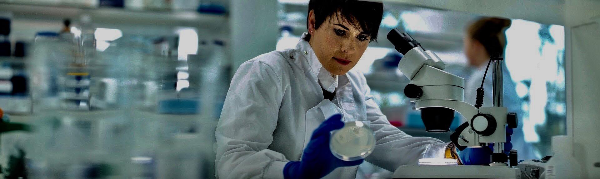 Biochimiste effectuant des analyses dans un laboratoire de recherche