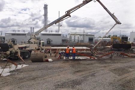 Vue de travailleurs et d'une grue pour des travaux d'excavation sur un chantier de construction