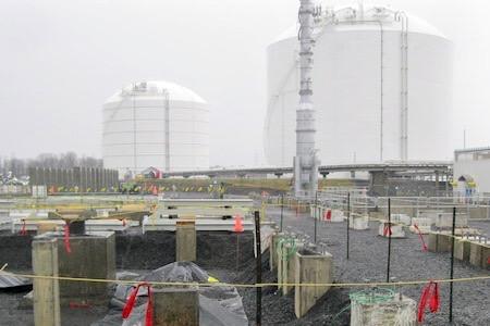 Vue d'un chantier de construction avec silos en arrière-scène