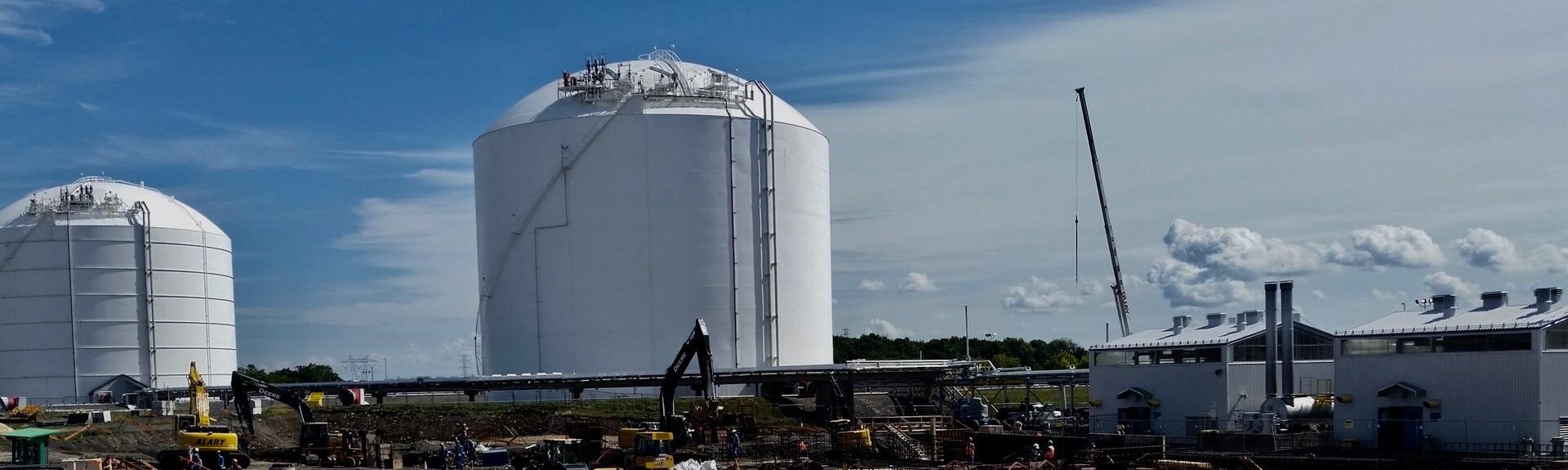 Vue d'un silo sur un chantier de construction dans le secteur de l'énergie