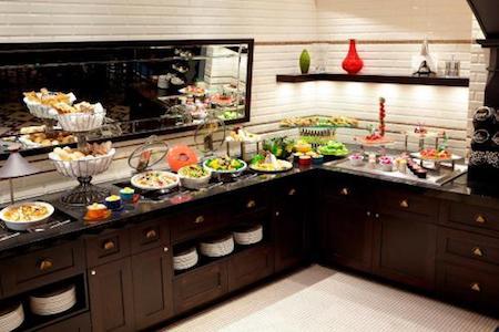Vue du buffet d'un restaurant d'un grand hôtel de prestige