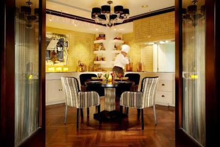 Vue intérieure de la salle à manger pour le petit-déjeuner d'un grand hôtel