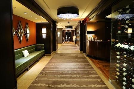 Vue intérieure du hall menant vers le restaurant d'un grand hôtel