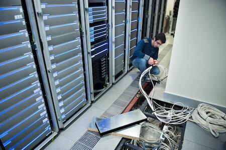 Technicien effectuant des travaux dans une salle de serveurs